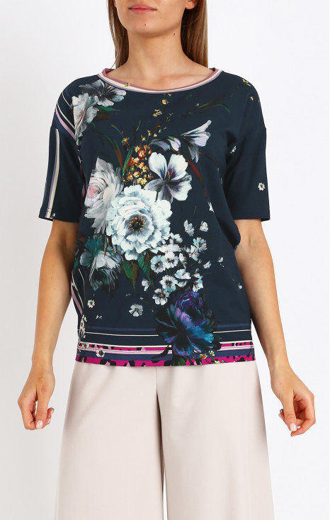 Loose silhouette blouse