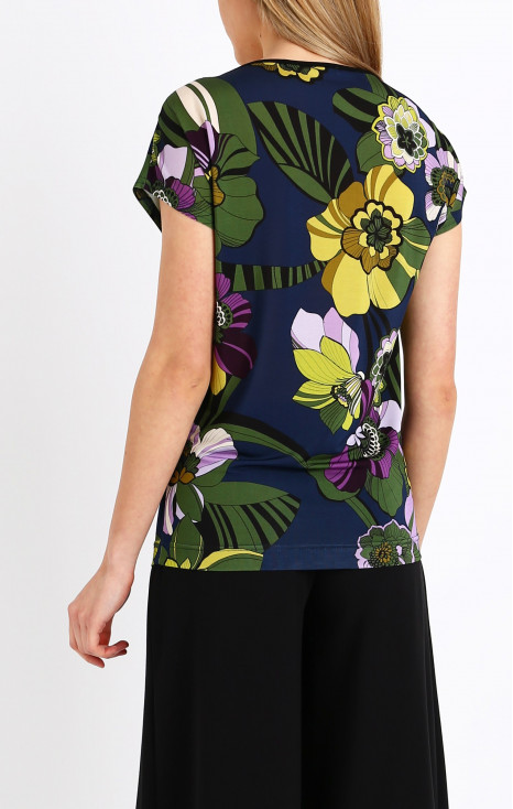 Loose silhouette top