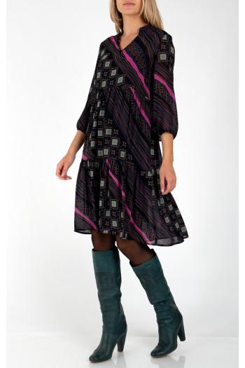 Елегантна рокля от крепирана вискоза с волани. Моделът е с дължина под коляното и 3/4 ръкав. Свободн